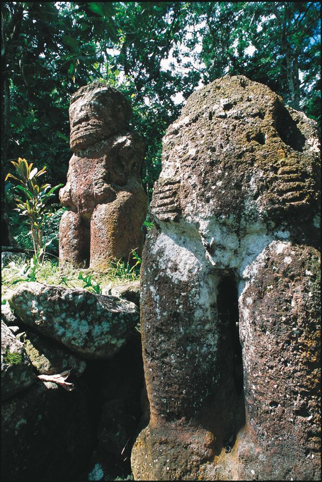 Tiki en pierre sur un marae à Hiva oa aux Marquises