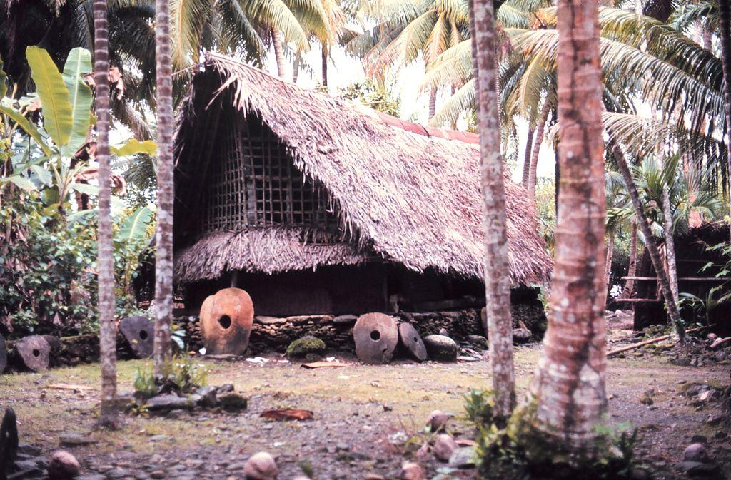 Rai vor einem Haus in Yap