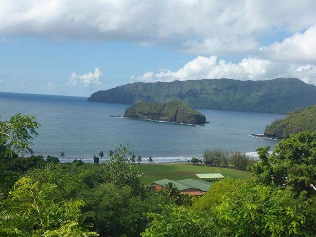 Blick vom Friedhof auf die Bucht mit dem Motu Hanakee