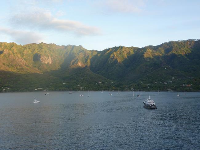 Die Bucht von Taiohae bei Sonnenaufgang
