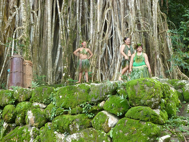 Einheimische vor ihrem Auftritt unter einem Banyan