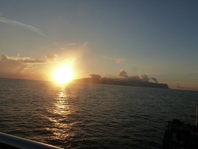 Sonnenaufgang zwischen Hiva Oa und Fatu Hiva am Moho Tani