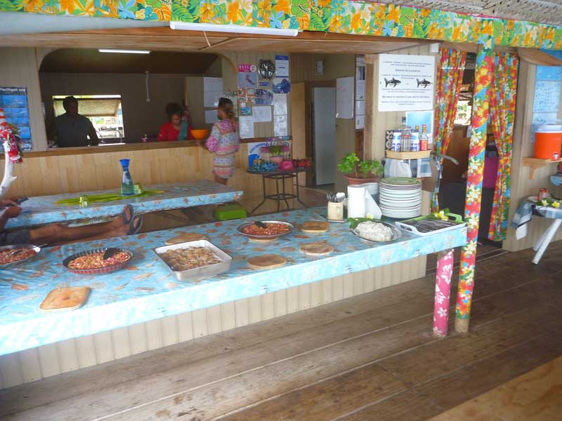 Buffet im Tetamanu Village