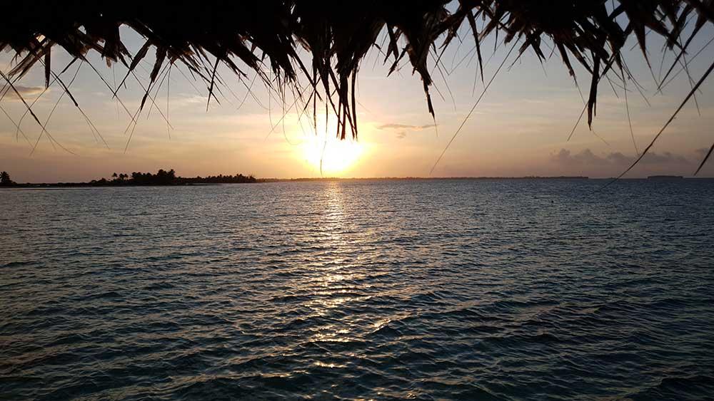 Sonnenuntergang von der Terrasse des Tikehau Pearl Beach Resorts aus