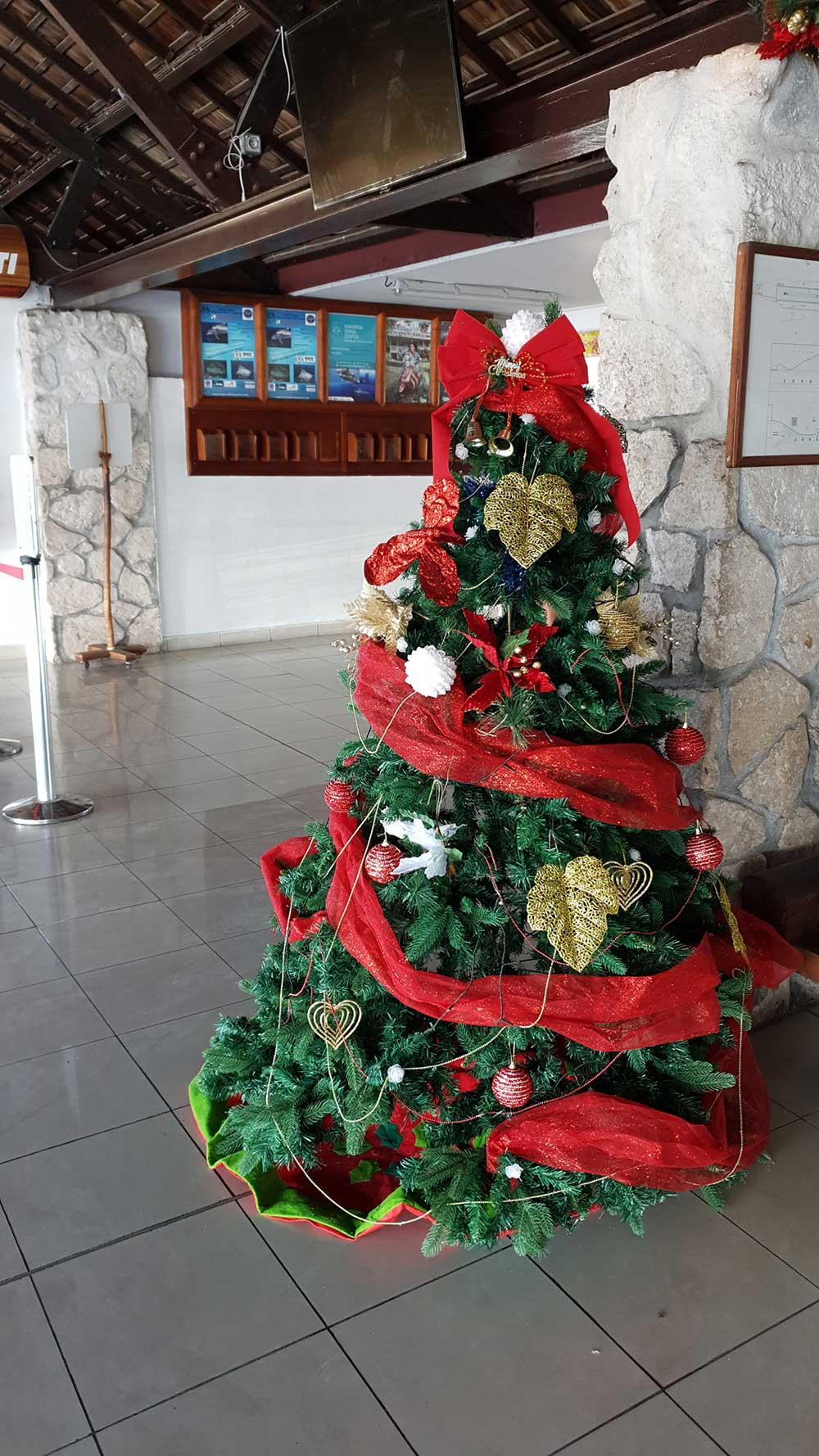 Weihnachtsbaum am Flughafen in Rangiroa