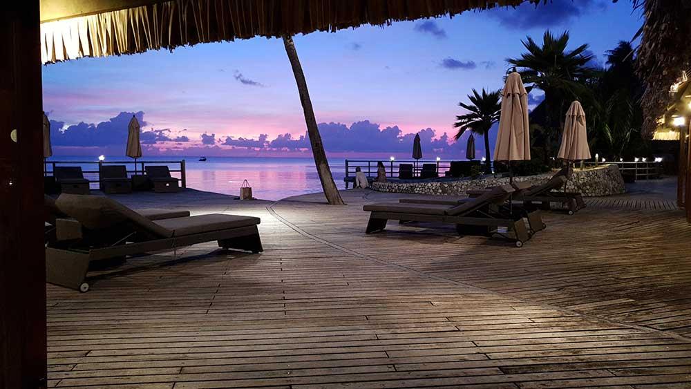 Sonnenuntergang vom Restaurant des Kia Ora Beach Resorts in Rangiora aus