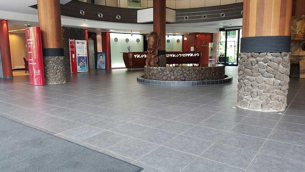 Lobby im Manava Suites Hotel