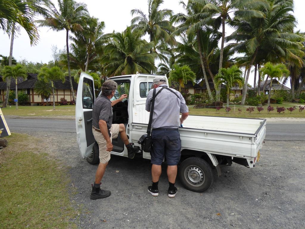 Ranger mit Elektro-Minilastwagen auf Rarotonga