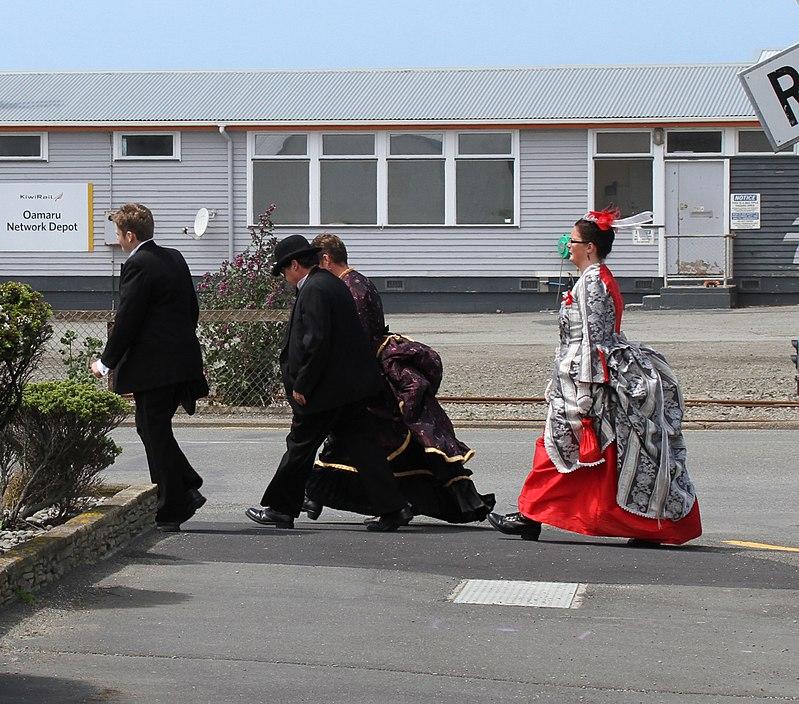 Keine Seltenheit: Menschen in viktorianischer Kleidung in Oamaru