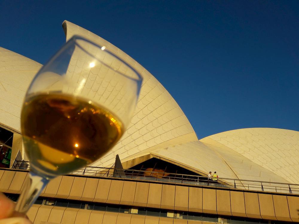 Sydney Opera mit Weinglas davor
