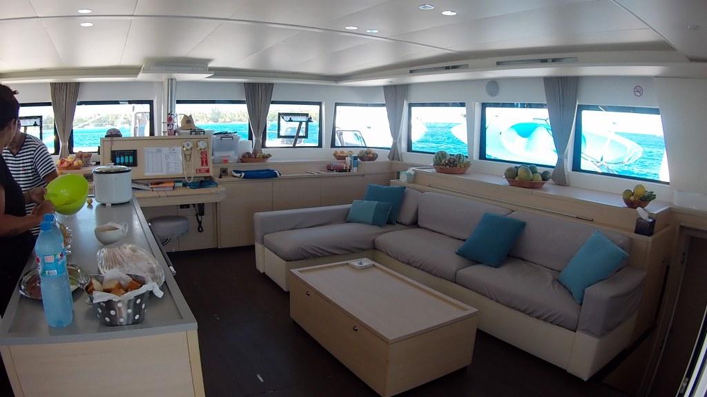 Der Katamaran von Dream Yacht Charter innen