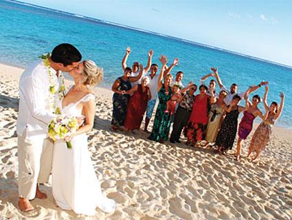 Hochzeitspaar mit Gästen auf Maui