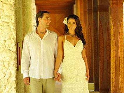 Brautpaar auf dem Standesamt in Französisch-Polynesien