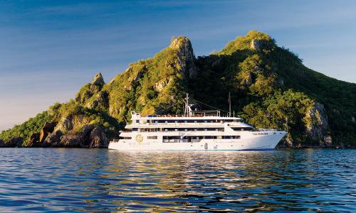 Kreuzfahrtschiff Fiji Princess vor einer Fidschi Insel